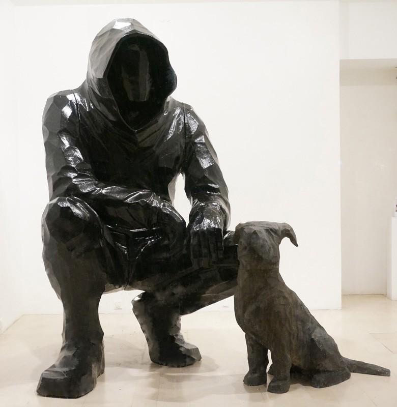 Cyrille AndréTémoin, 2016 Figure in Polyester Resin cm 263 x 160 x 155 Dog in Aluminium cm 110 x 118 x 53 CA 113